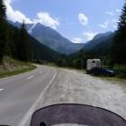 En route pour le barrage de la Grande-Dixence: regardez le bestiau au loin!