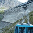 Un télécabine mène au sommet du barrage (10chf/pers.)
